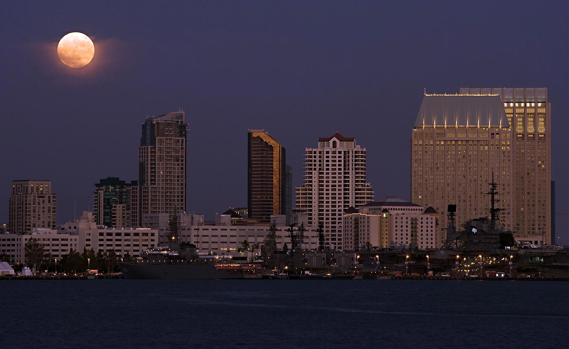 17_Moonrise_Downtown_San_Diego_California_Environment_Landscape_Chris_Wellhausen_Photography.JPG